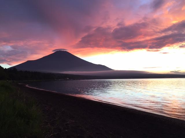 夕焼けで、真っ赤に染まった富士山